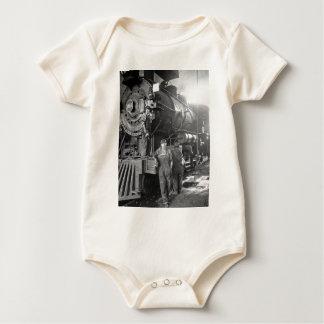 La locomotora del vintage de los galones de la traje de bebé