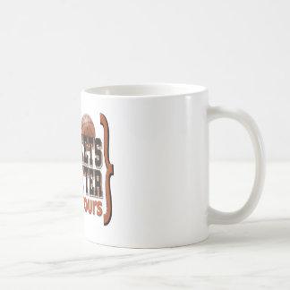 La locura de marzo acorcheta el naranja taza de café