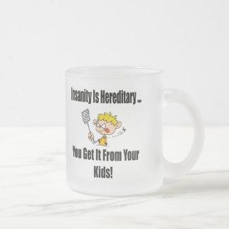 La locura es camisetas y regalos hereditarios taza de café