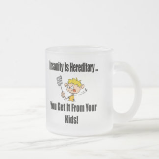La locura es camisetas y regalos hereditarios taza de cristal
