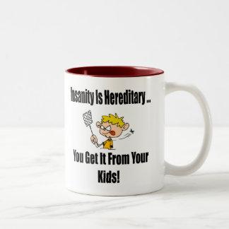 La locura es camisetas y regalos hereditarios taza de dos tonos