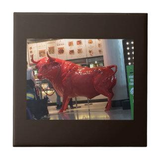 La lucha animal furiosa roja del poder de Bull Azulejo Cuadrado Pequeño