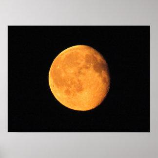 La luna amarilla grande poster