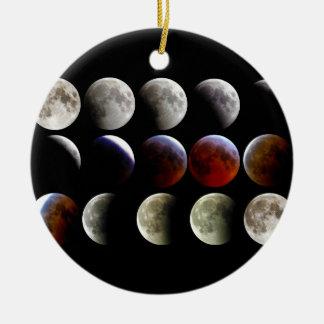La luna durante un eclipse lunar completo adorno navideño redondo de cerámica