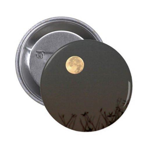 La luna en cerca mide el tiempo pin redondo 5 cm