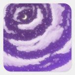 La luna en el cielo púrpura colcomanias cuadradas personalizadas