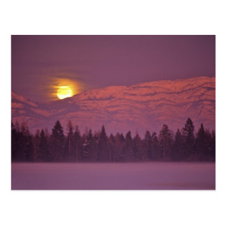 La Luna Llena sube sobre la montaña de la tetera Postal
