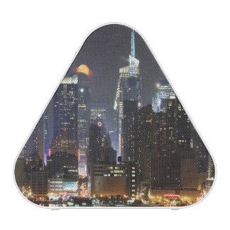 La luna sube sobre el Midtown Nueva York. Altavoz Bluetooth
