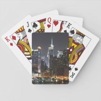 La luna sube sobre el Midtown Nueva York. Cartas De Póquer