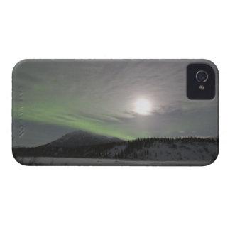 La luna sube sobre la cortina de los borealis verd iPhone 4 Case-Mate cárcasas
