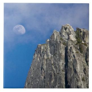 La luna sube y brilla a través de las nubes azulejo cuadrado grande