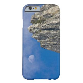 La luna sube y brilla a través de las nubes funda de iPhone 6 barely there