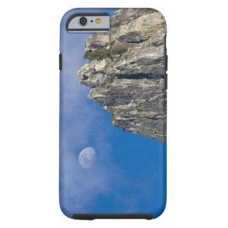 La luna sube y brilla a través de las nubes funda de iPhone 6 tough
