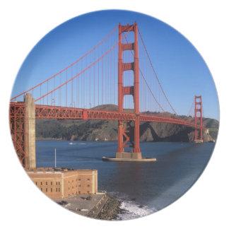 La luz de la mañana baña puente Golden Gate Plato