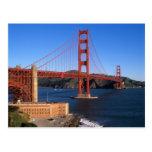 La luz de la mañana baña puente Golden Gate Postal