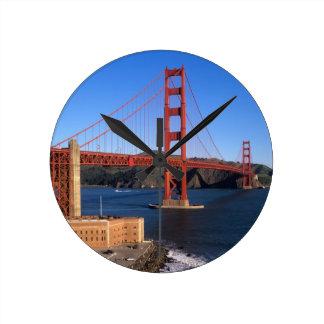 La luz de la mañana baña puente Golden Gate Reloj Redondo Mediano