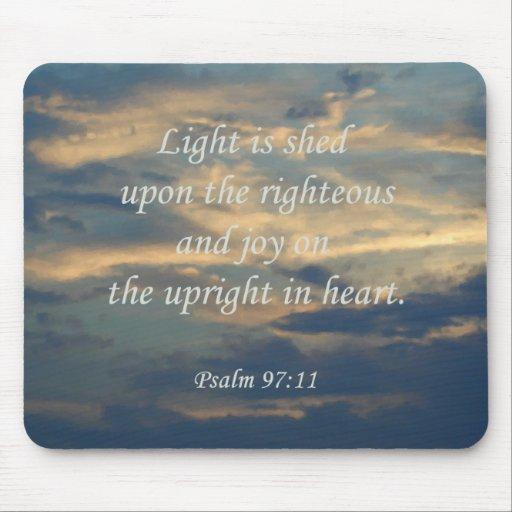 La luz del ~ del 97:11 del salmo se vierte sobre e tapetes de ratón