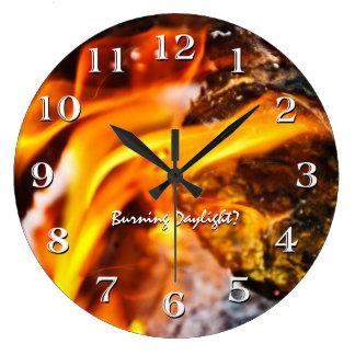 La luz del día ardiente flamea el reloj