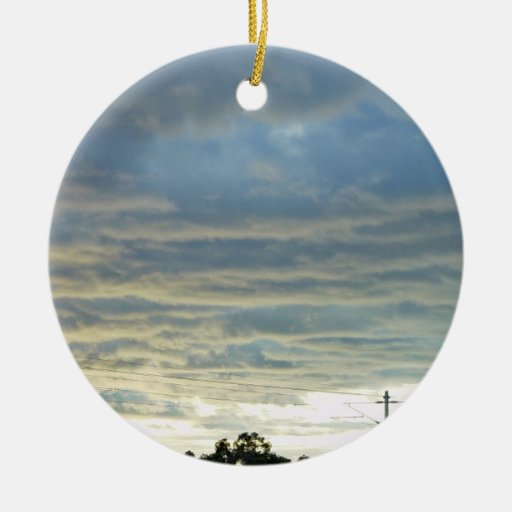 La luz del sol reflejada del océano enciende para adorno navideño redondo de cerámica