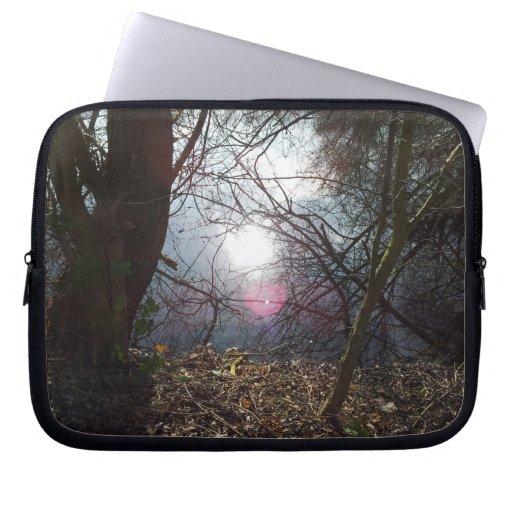 La luz mira a escondidas a través de los árboles y manga computadora