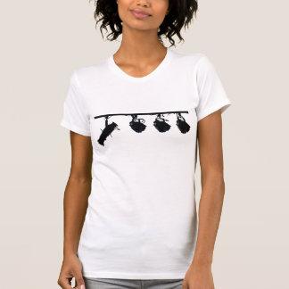 La luz negra de la etapa siluetea la cámara camiseta
