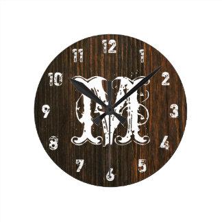 La madera oscura del granero inspiró el reloj del