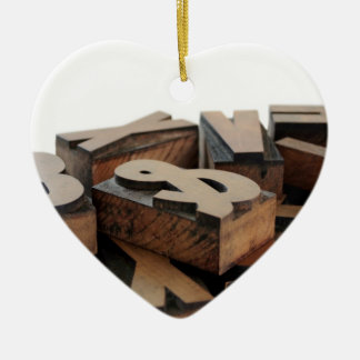 la madera pone letras al ornamento del corazón del adorno navideño de cerámica en forma de corazón
