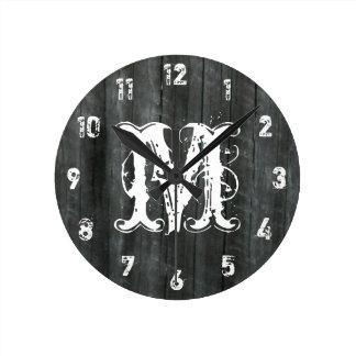 La madera resistida del granero inspiró el reloj d
