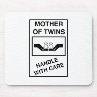 La madre de gemelos dirige con cuidado tapete de ratones