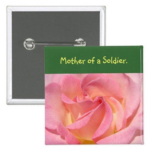 La madre de un soldado abotona los desfiles del dí pin