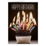 La magdalena con cumpleaños mira al trasluz la tar tarjeta de felicitación
