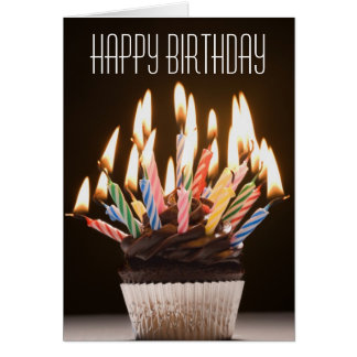 La magdalena con cumpleaños mira al trasluz la tarjeta de felicitación