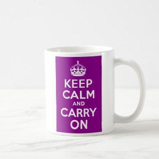 La magenta oscura guarda calma y continúa tazas de café