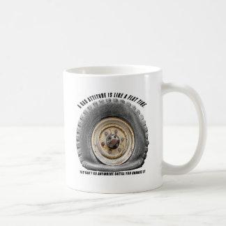 La mala actitud tiene gusto del neumático desinfla taza básica blanca