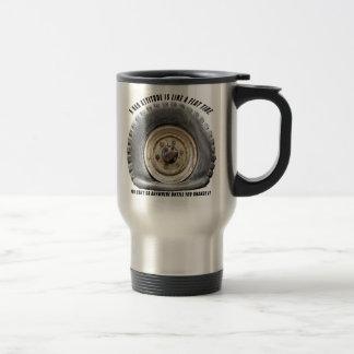 La mala actitud tiene gusto del neumático desinfla tazas de café
