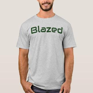 La mala hierba se ardió la camiseta de los hombres