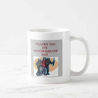la mala policía del poli del buen poli bromea tazas de café