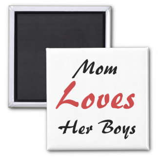 La mamá ama su imán del refrigerador de los muchac