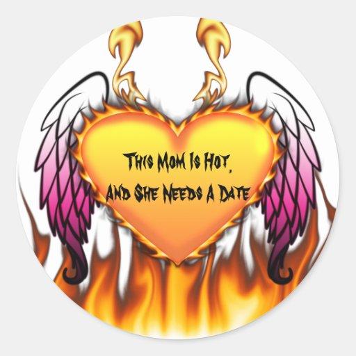 La mamá caliente necesita una fecha pegatina redonda