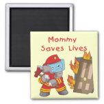 La mamá del bombero ahorra las camisetas y los imán