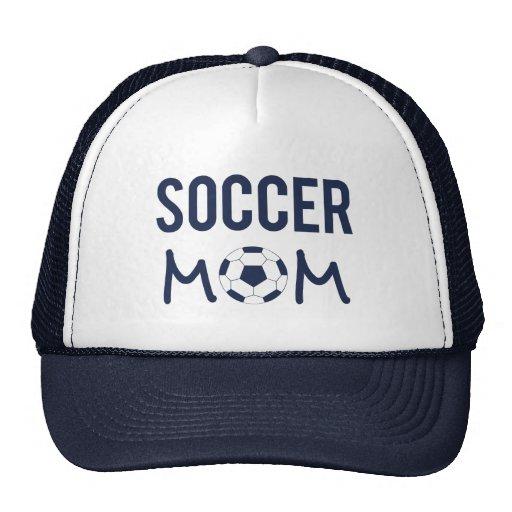 La mamá del fútbol se divierte el gorra