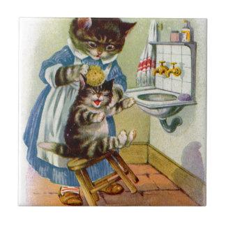 la mamá del gato del gatito de los años 30 lava su azulejo cuadrado pequeño