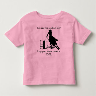La mamá divertida aumentó una camisa del corredor