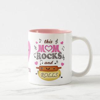 La mamá divertida del día de madre oscila la taza