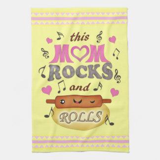 La mamá divertida del día de madre oscila la toall toalla de mano