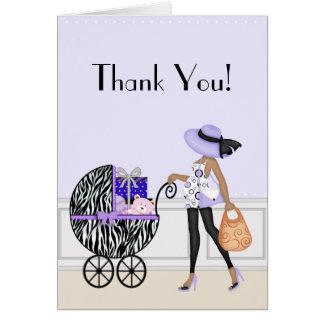 La mamá elegante y el cochecillo con los regalos tarjeta pequeña