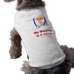 La mamá es una camiseta caprichosa del perrito de  camisas de mascota