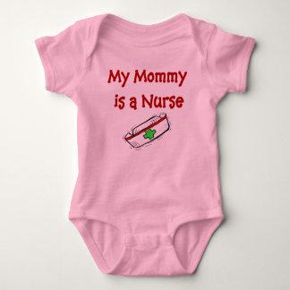 La mamá es una camiseta del bebé de la enfermera playeras