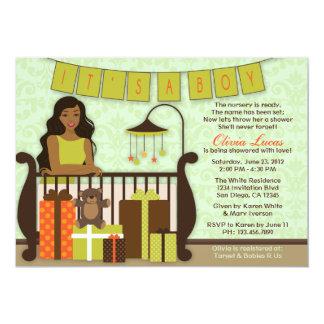 La mamá joven linda en fiesta de bienvenida al invitacion personalizada