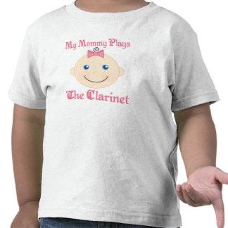 La mamá juega la camiseta de los niños del Clarine